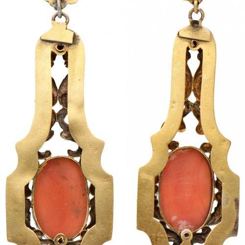 18K. Yellow gold antique earrings set with four red coral cameos. Ajouré et déco…