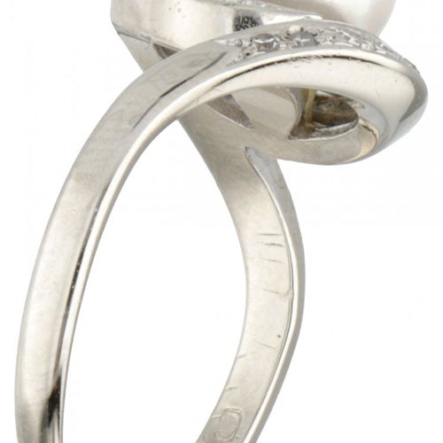 14K. White gold vintage ring set with approx. 0.09 ct. Diamond and freshwater pe…