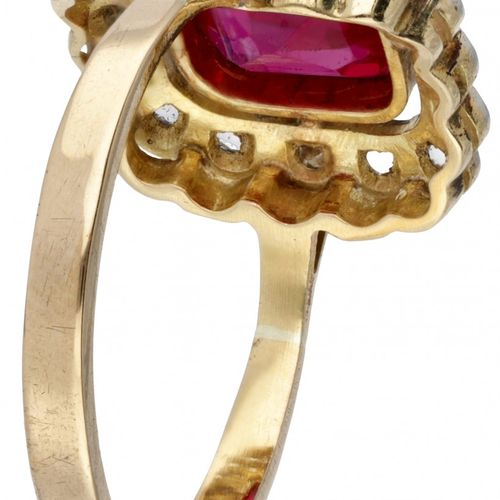 18K. Bicolor gold ring set with approx. 1.97 ct. Synthetic ruby and rose cut d…