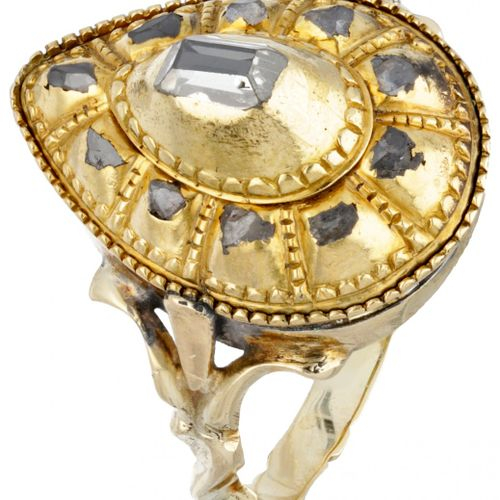 14K. Yellow gold antique pear shaped ring set with diamond. 印章:585。有一颗台面切割钻石和10颗…