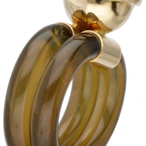 18K. Yellow gold solitaire ring made of green silicone set with approx. 4.78 ct.…