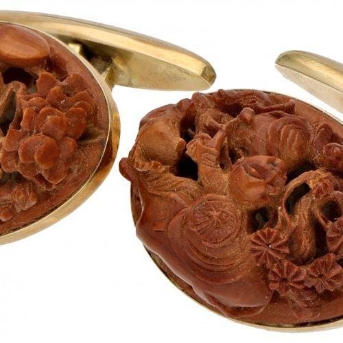 14K. Yellow gold cufflinks set with carved Chinese hediao nut. 印记:585,制造者的标记?镶嵌有…