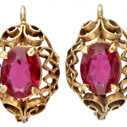 14K. Yellow gold openwork earrings set with approx. 1.07 ct. Synthetic ruby. 印章:…