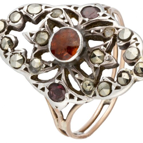 18K. Rose gold openwork ring set with orange garnet and marcasite in silver. 印章:…