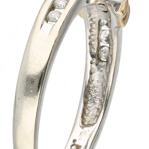 14K. Bicolor gold shoulder ring set with approx. 0.15 ct. Diamond. 制造者标记:van den…