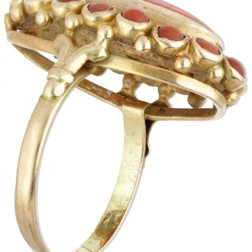 14K. Yellow gold ring set with red coral. 印章:585。有17个凸圆形切割的红珊瑚(1个约15.0 x 7.3毫米,1…