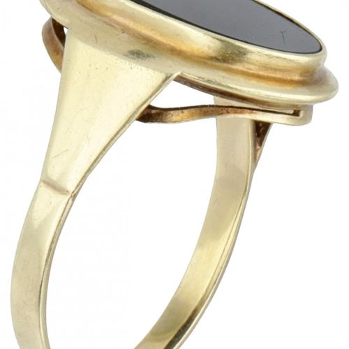 14K. Yellow gold oval signet ring set with onyx. Poinçons : 585. Onyx environ 13…