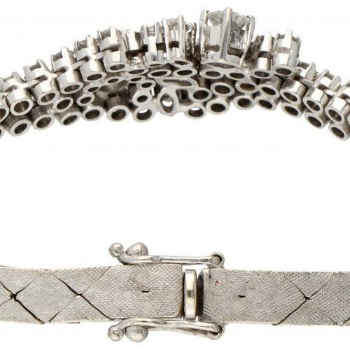 Classic 14K. White gold entourage bracelet set with approx. 2.20 ct. Diamond. 印章…