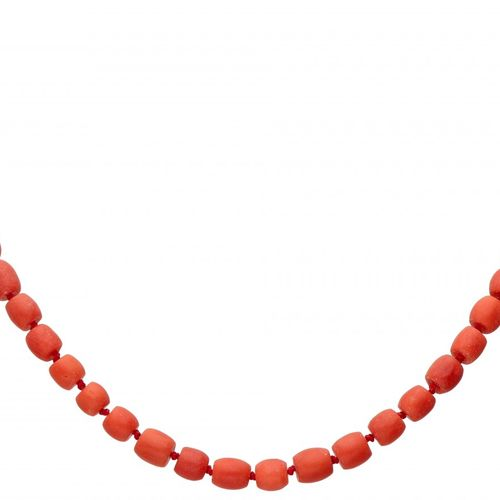 Single strand red coral necklace with a 14K. Yellow gold closure. Poinçons : feu…
