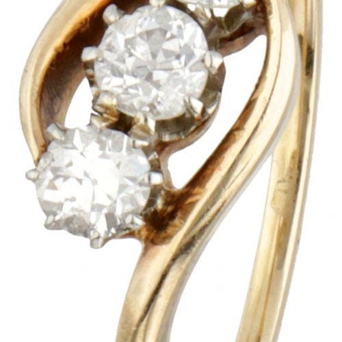 14K. Yellow gold 3 stone ring set with approx. 0.45 ct. Diamond. 镶有3颗老式欧洲切割钻石(3倍…
