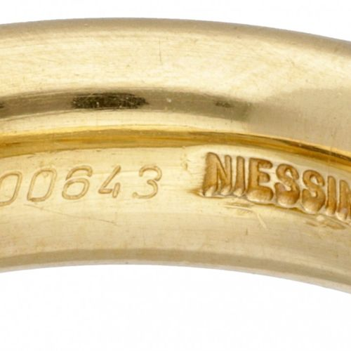 18K. Classic yellow gold satin Niessing 'Spannring' set with approx. 0.44 ct. Di…