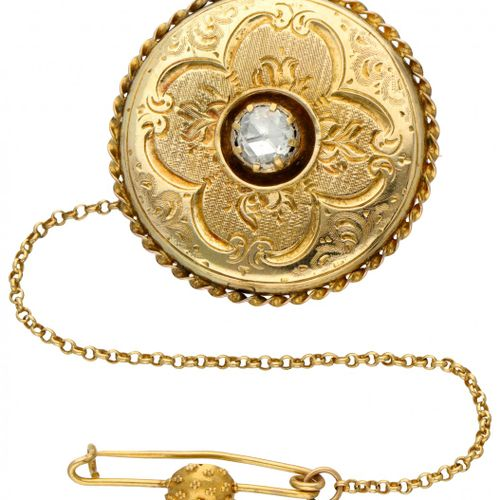 14K. Yellow gold antique elegantly engraved brooch set with one diamond. 正面和背面装饰…