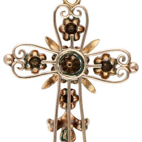 14K. Rose gold openwork cross shaped pendant set with rose cut diamonds. 印章:585。…