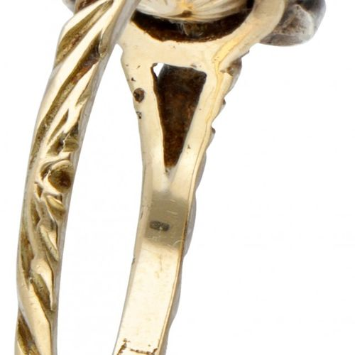 14K. Yellow gold rosette ring set with rose cut diamond. 印记:橡树叶的585。配有9颗玫瑰式切割钻石(…