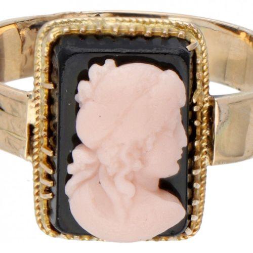 BLA 10K. Yellow gold ring with a cameo set on onyx. 镶嵌在黑玛瑙上的浮雕(约12 x 8毫米)。戒指的尺寸已…