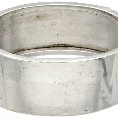 Silver antique bangle bracelet 800/1000. Décorée de gravures florales. Poinçons …