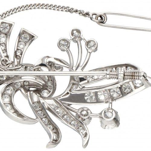 Pt 850 Platinum brooch set with approx. 2.61 ct. Diamond. 配有14K白金安全链。镶嵌58颗明亮式切割钻…