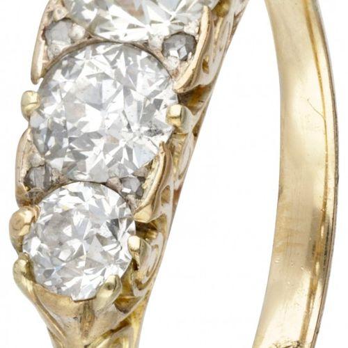18K. Yellow gold Art Nouveau ring set with approx. 2.40 ct. Diamond. 标记:750。镶嵌5颗…