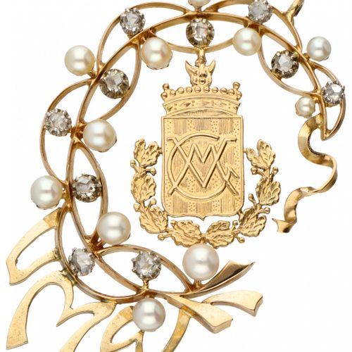 18K. Yellow gold pendant with coat of arms and monogram, rose cut diamonds and c…