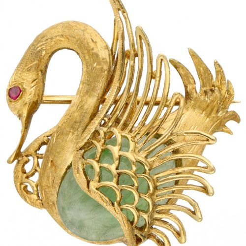 18K. Yellow gold swan brooch set with approx. 6.12 ct. Jade and ruby. 印章:750。描绘了…