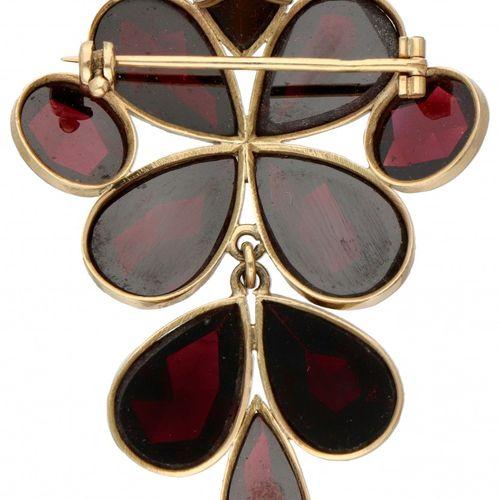 14K. Yellow gold brooch/pendant set with approx. 47.77 ct. Garnet. 印记:585,14K。镶嵌…
