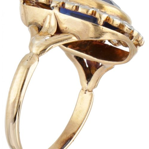 18K. Yellow gold antique entourage ring set with approx. 3.46 ct. Synthetic sapp…