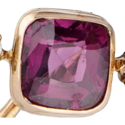 14K. Yellow gold vintage pin set with approx. 1.16 ct. Garnet and approx. 0.12 c…