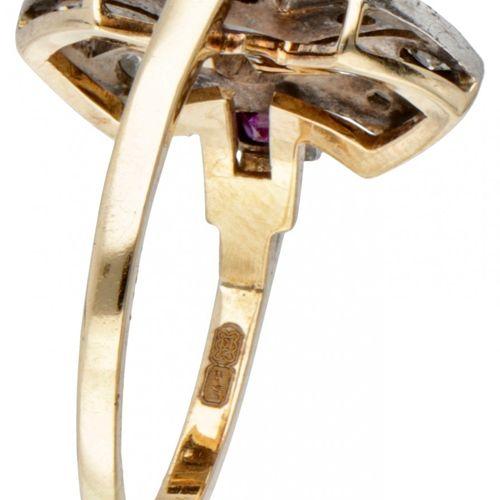 18K. Yellow gold openwork ring set with diamond and ruby. Poinçons : 750, ZI. Av…
