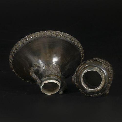 A bronze spittoon, marked underneath, Japan, 18th/19th century. 尺寸。20 x 10厘米。连接片…