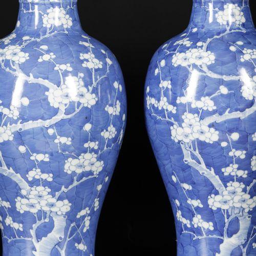 A set of (2) porcelain vases with prunus decor, China, Kangxi. L'un d'eux a une …