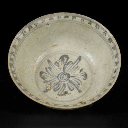 A porcelain bowl decorated with flowers, China, Ming. Dim. 7 x 15 cm. Éclats. Es…