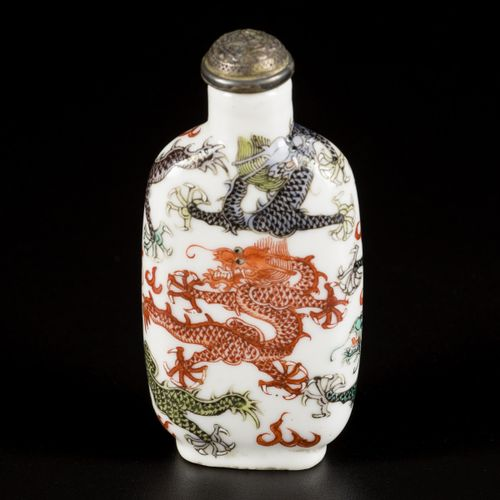 A porcelain famille verte snuff bottle decorated with 5 dragons, marked Qianglon…