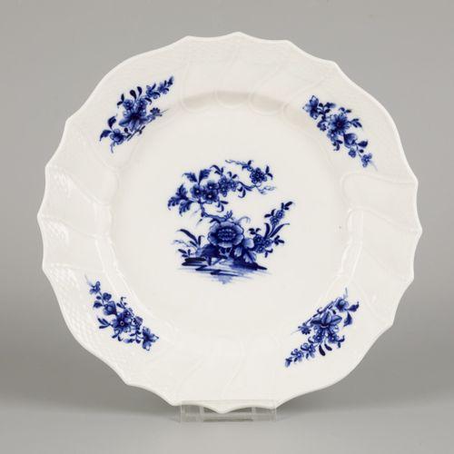 A lot of (3) porcelain plates, Tournai (Tournay), 18th century. 直径23.5厘米。芯片。估计:5…