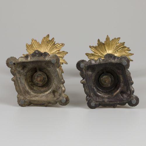A set of (2) bronze candles, France, late 19th century. 植物形状的茎冠上有一个郁金香烛台,开花的滴水盘,…