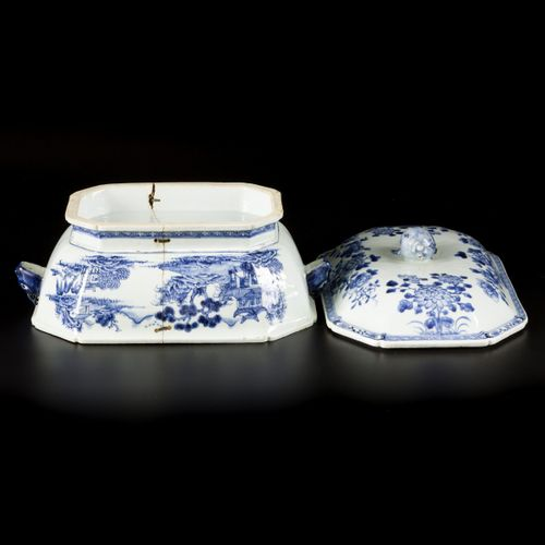 A porcelain lidded tureen with floral decoration, China, Qianglong. Dim. 22 x 37…