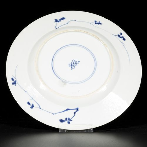 A porcelain charger with floral decoration, China, Kangxi. 直径24.5厘米。缺口和毛边。估计:80 …
