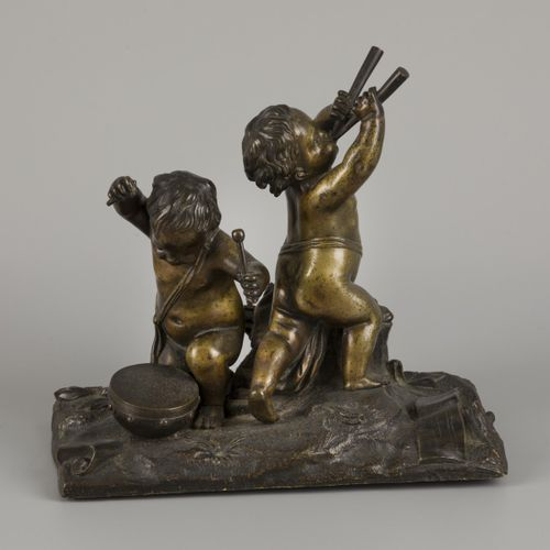A bronze group with putti playing instruments. Manque une baguette de tambour. H…