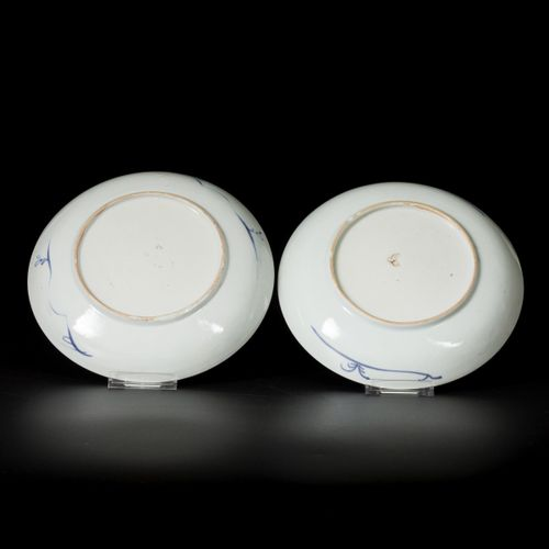 A set of (2) deep porcelain plates with grape decor, China, 18th century. 直径22.5…