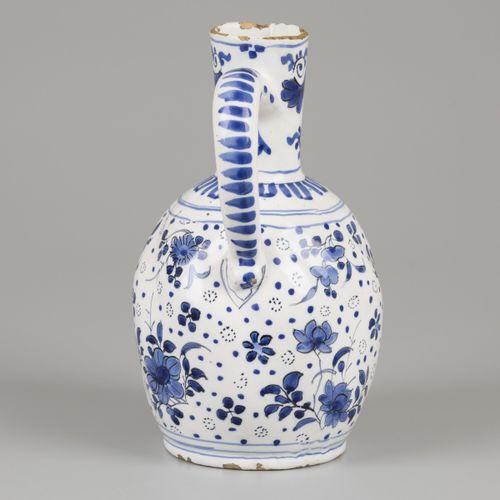 An earthenware jug with floral decor, Delft, 18th century. Dim.24 x 15厘米。边缘处有损坏。…
