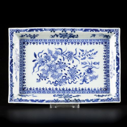 A porcelain plate with floral decoration, China, 19th century. 直径23厘米。估计:60 80欧元…