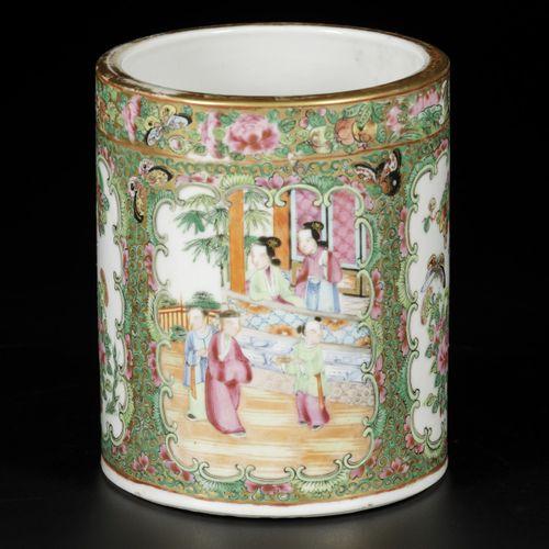 A porcelain brushpot with Canton decor, China, 19th century. Dim. 15 x 13 cm. Es…
