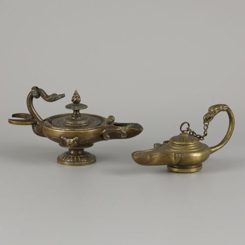 A lot comprising (2) Grand Tour Souvenirs/ oil lamps, 19th century. 其中一个有天鹅形状的把手…