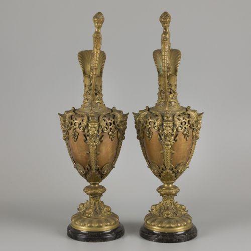 A pair of bronze claret jugs with cast bronze mounts, ca. 1900. 在一个大理石基座上。高48厘米。…