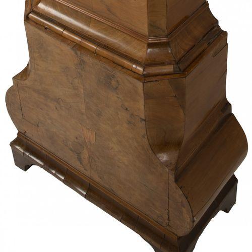 A burr walnut veneered Louis XV longcase clock, Dutch, ca. 1730. Le capot couron…