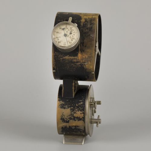 An anemometer in stained pinewood box, ca. 1920 / 1930. 用于测量风速的目的。估计:50 70欧元。