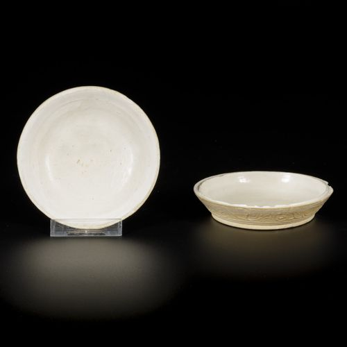 A monochrome lidded box, China, Ming. 直径13厘米。裂缝和毛边。估计:100 150欧元。
