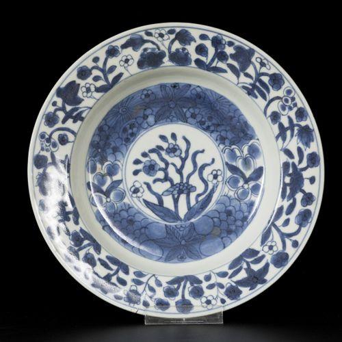 A set of (3) deep porcelain plates with floral decoration, China, Kangxi. 直径23厘米…