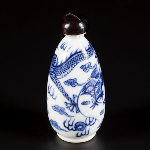 A porcelain snuff bottle with dragon decoration, China, Daoguang. H.7厘米。芯片。估计:20…