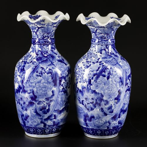 A set of (2) porcelain vases with lobed collar, Japan, 19th century. H.46厘米。估计:1…
