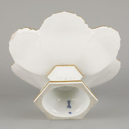 A porcelain tazza with gilt motifs, Meissen, late 20th century. Dim.14 x 26 cm.估…